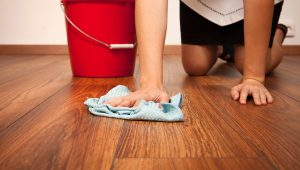 hand-cleaning-laminate-flooring